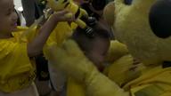 Bürki singt BVB-Hymne mit chinesischen Kindern