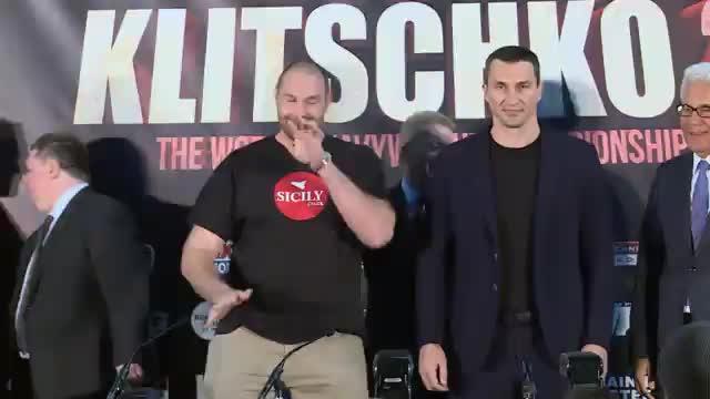 Fury mit Tanzeinlage neben Klitschko