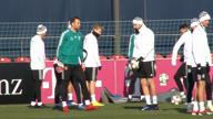Neuer und Goretzka scherzen DFB-Abstieg weg