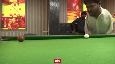 Irre! Pakistanischer Snookerspieler ohne Arme