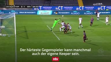 Kurios: Keeper streckt zwei Mitspieler zu Boden