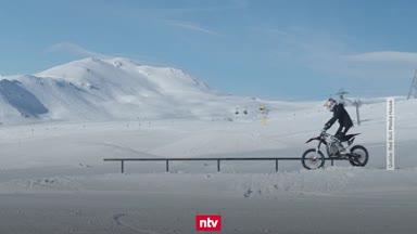 Motocross-Action auf der Ski-Piste