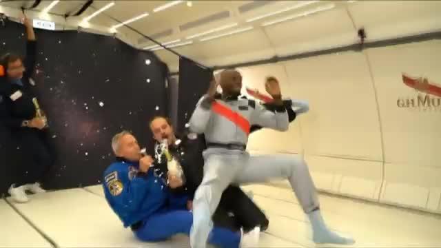 Usain Bolt sprintet in der Schwerelosigkeit