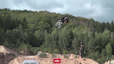 Spektakuläre Mountainbike-Action im Steinbruch