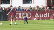 Ole! FCB-Star Martinez albert mit Sohn herum