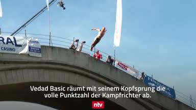 Irre Bilder: Bosniens Brückenspringer im freien Fall