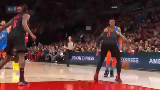 Westbrook vernascht Lillard unterm Korb