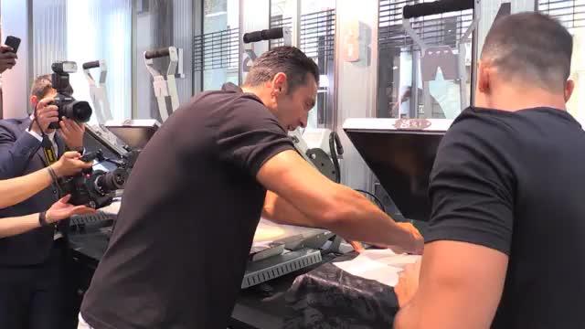 Glücklicher Buffon bedruckt sein neues Trikot