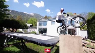 Mountainbike-Star trickst sich durch den Alltag