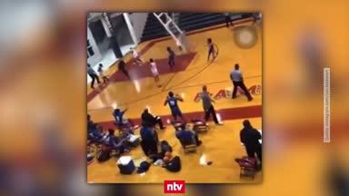 Das war knapp: Basketballkorb fliegt nach Dunk ab
