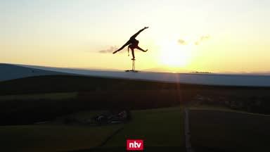 Irre Bilder! Akrobatischer Stunt auf dem Windrad