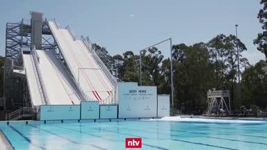 Australische Ski-Freestyler springen ins kühle Nass
