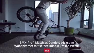 BMX-Profi trickst im Wohnzimmer