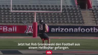 """Irrer Rekord! """"Gronk"""" fängt Football aus Helikopter"""
