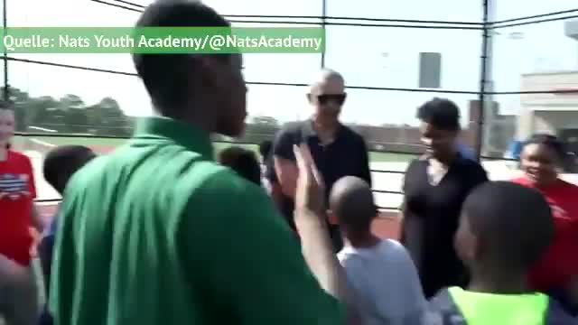 Touchdown & Homerun: Obama zockt mit Schul-Kids