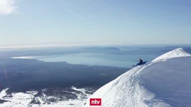 Extremsportler stürzt sich mit Kajak den Berg hinunter
