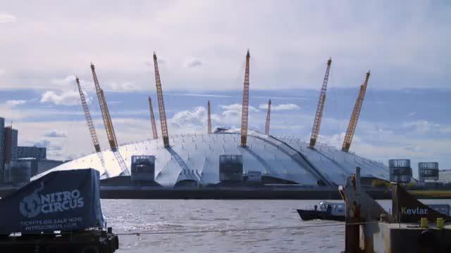 Weltpremiere: Mit Salto über die Themse